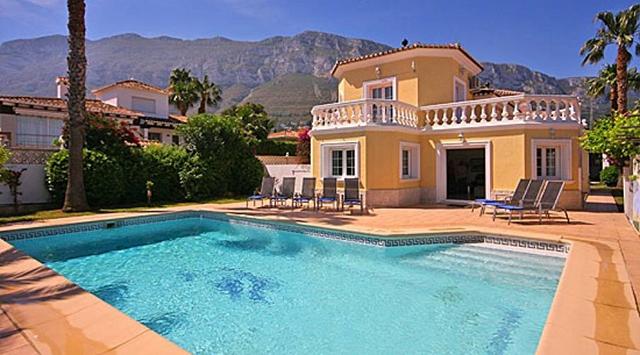 5 ventajas que te convencerán de comprar una casa en Dénia con piscina